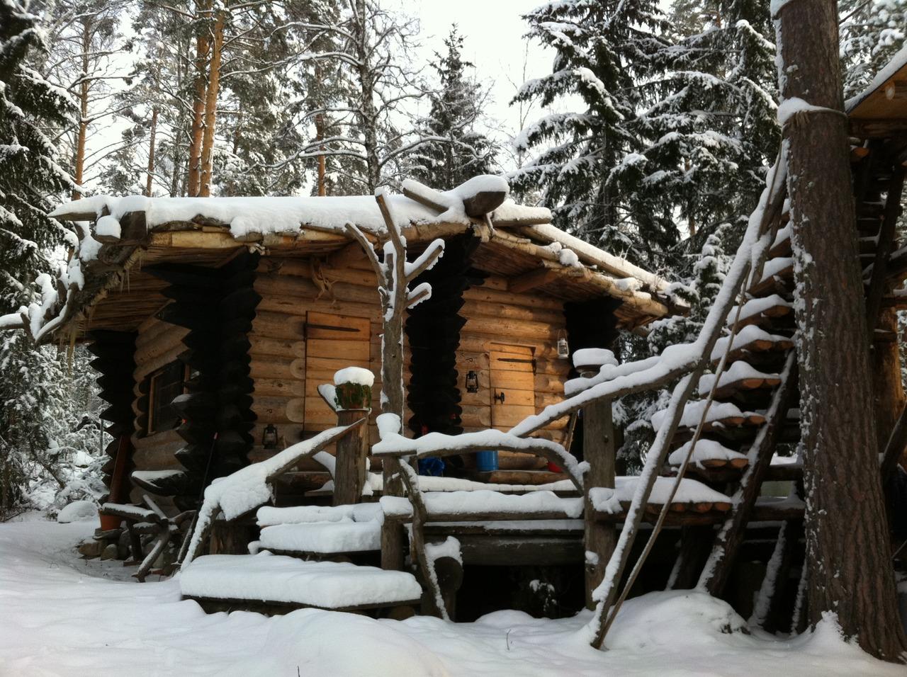 Off-grid log cabin in Sweden handbuilt by Eetu Puurtinen in 2008.