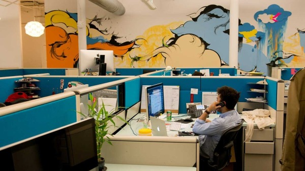 Outbrain-NYC-Office-desks[1]
